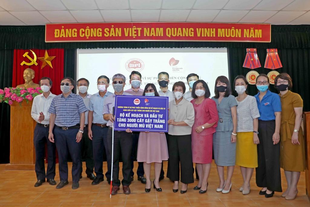 Bộ Kế hoạch và Đầu tư tặng 3.000 cây gậy trắng cho người mù Việt Nam