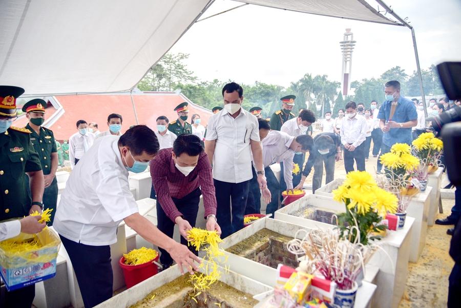 Nguyễn Chí Dũng, Bộ trưởng Bộ KH&ĐT và Đặng Quốc Khánh, Bí thư Tỉnh ủy tỉnh Hà Giang đưa tiễn cácề nơi yên nghỉ cuối cùng tại Nghĩa trang Liệt sĩ Quốc gia Vị Xuyên