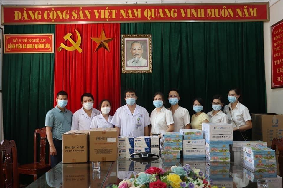 Vợ chồng anh chị Hà Hoa đã cùng nhau làm từ thiện, đóng góp nhiều đợt nhu yếu phẩm trong các đợt covid bùng phát
