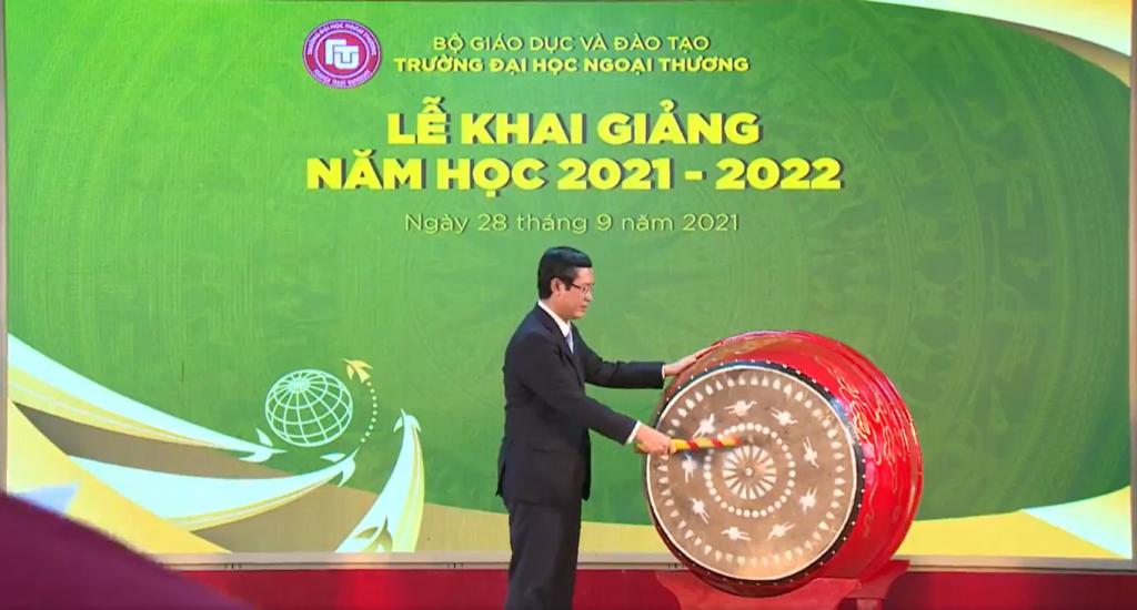 PGS, TS Nguyễn Văn Phúc -  Phó Bí thư Ban Cán sự Đảng, Thứ Trưởng Bộ Giáo dục và Đào tạo đánh trống khai giảng năm học mới 2021-2022