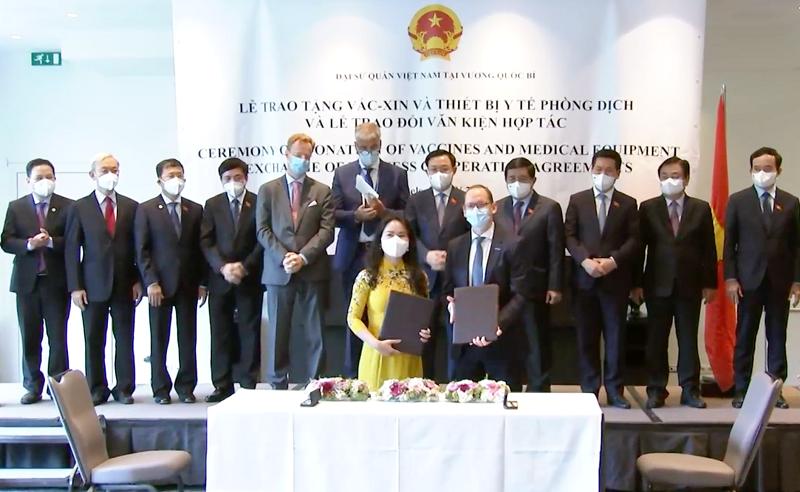 Việt Nam được tặng nhiều vaccine, vật tư y tế phòng chống dịch