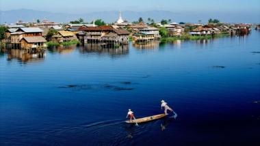 Kỹ thuật chèo thuyền độc đáo của ngư dân hồ Inle, Myanmar