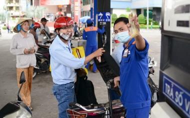 Vì sao giá xăng dầu ở Việt Nam vẫn đi ngược chiều với thế giới?