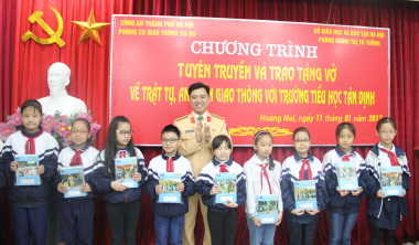 Công an Hà Nội tuyên truyền pháp luật về ATGT cho học sinh tiểu học