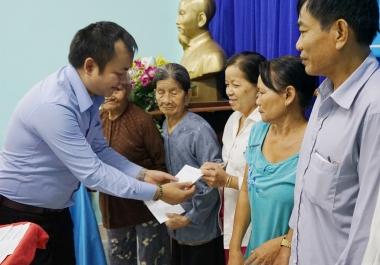Tân Hiệp Phát tặng quà Tết cho các gia đình chính sách tại Bình Dương