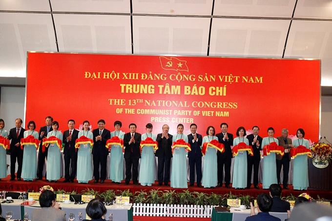 Ông Trần Quốc Vượng, Ủy viên Bộ Chính trị, Thường trực Ban Bí thư cắt bằng khai trương Trung tâm Báo chí