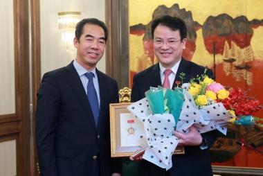 """Thứ trưởng Bộ KH&ĐT Trần Quốc Phương nhận Kỷ niệm chương """"Vì sự nghiệp ngoại giao Việt Nam"""""""
