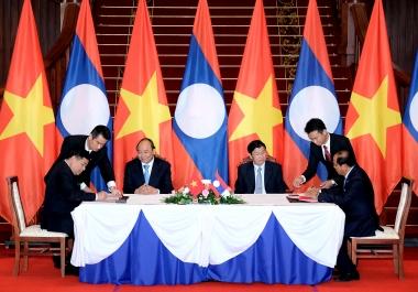 Việt Nam – Lào ký kết 12 văn kiện hợp tác
