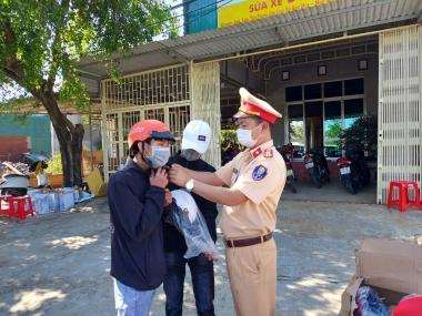 Cảnh sát giao thông Đắk Nông tặng nước mát, khăn lạnh, mũ bảo hiểm cho người dân sau Tết