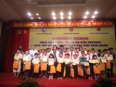 """Học bổng """"Cùng em đến trường"""" đến với học sinh nghèo Bình Định và Phú Yên"""