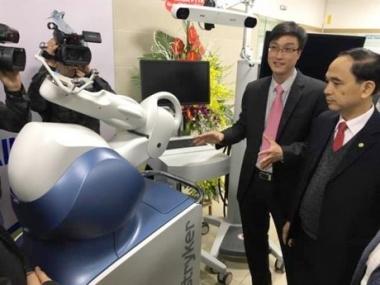 Đưa hệ thống robot phẫu thuật khớp và thần kinh vào sử dụng tại Bệnh viện Bạch Mai
