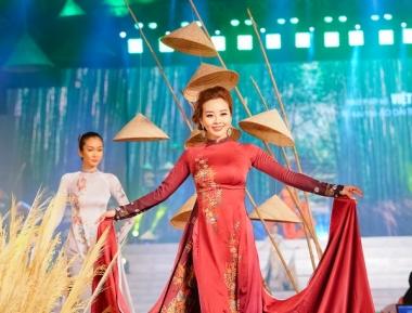 """""""Trúc Việt"""" của NTK Việt Hùng lộng lẫy trong lễ hội Áo dài"""