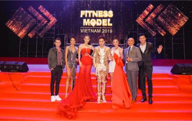 Ca sĩ Nguyên Vũ vừa ngồi ghế nóng vừa hát cực sung tại đêm chung kết Việt Nam Fitness Model 2019