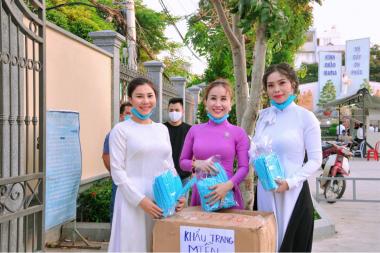 Hoa hậu Vũ Thanh Thảo chung tay cùng cộng đồng, phát khẩu trang miễn phí