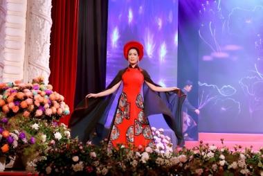 NSƯT Trịnh Kim Chi tôn vinh nghệ thuật dân tộc với áo dài Việt Hùng