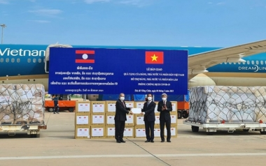 Việt Nam hỗ trợ khẩn cấp vật tư, thiết bị y tế cho Lào ứng phó dịch Covid-19