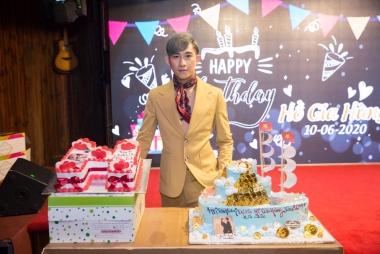 Ca sĩ Hồ Gia Hùng bước sang tuổi mới cùng người thân