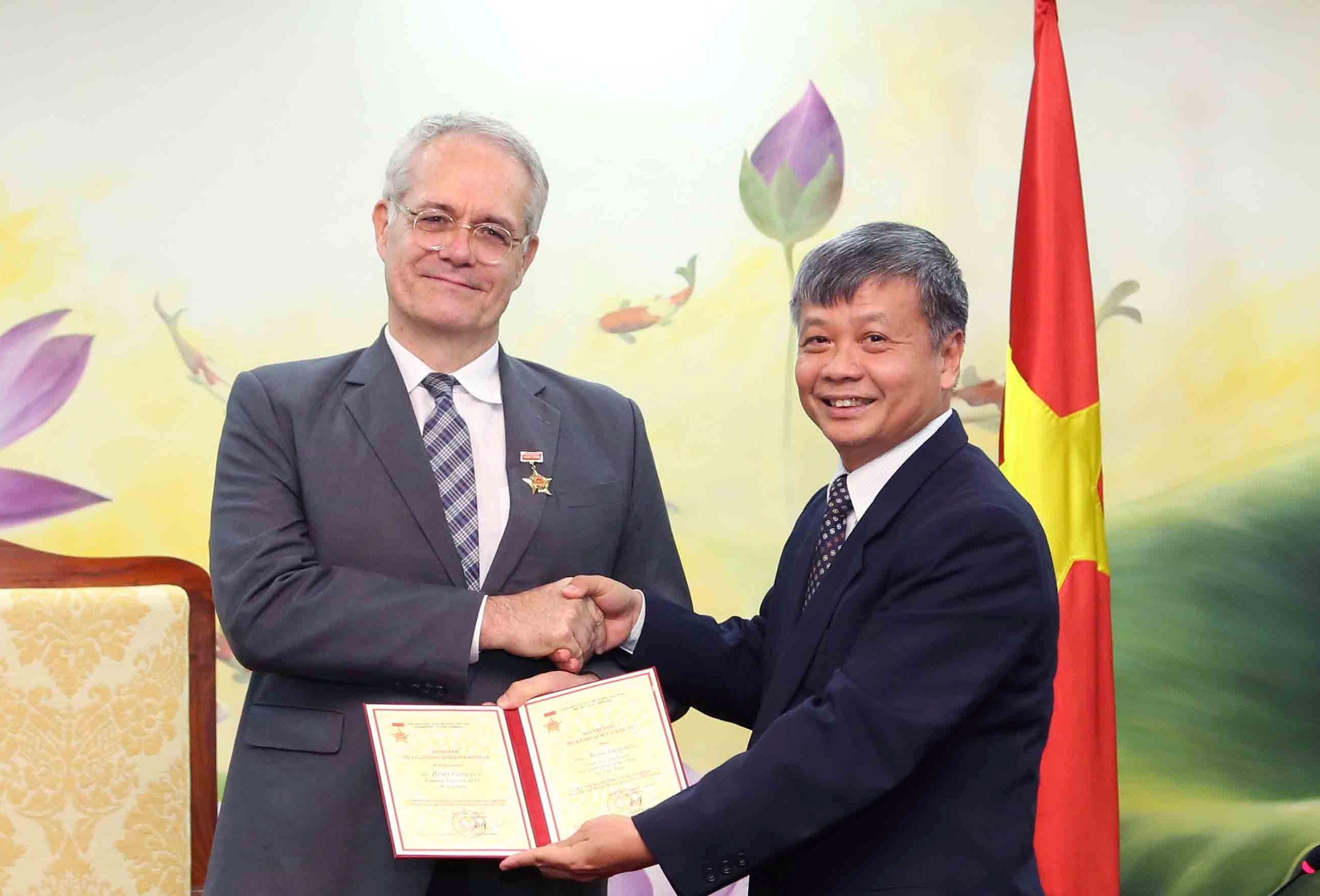 Trao tặng Kỷ niệm chương cho cho Giám đốc AFD tại Việt Nam