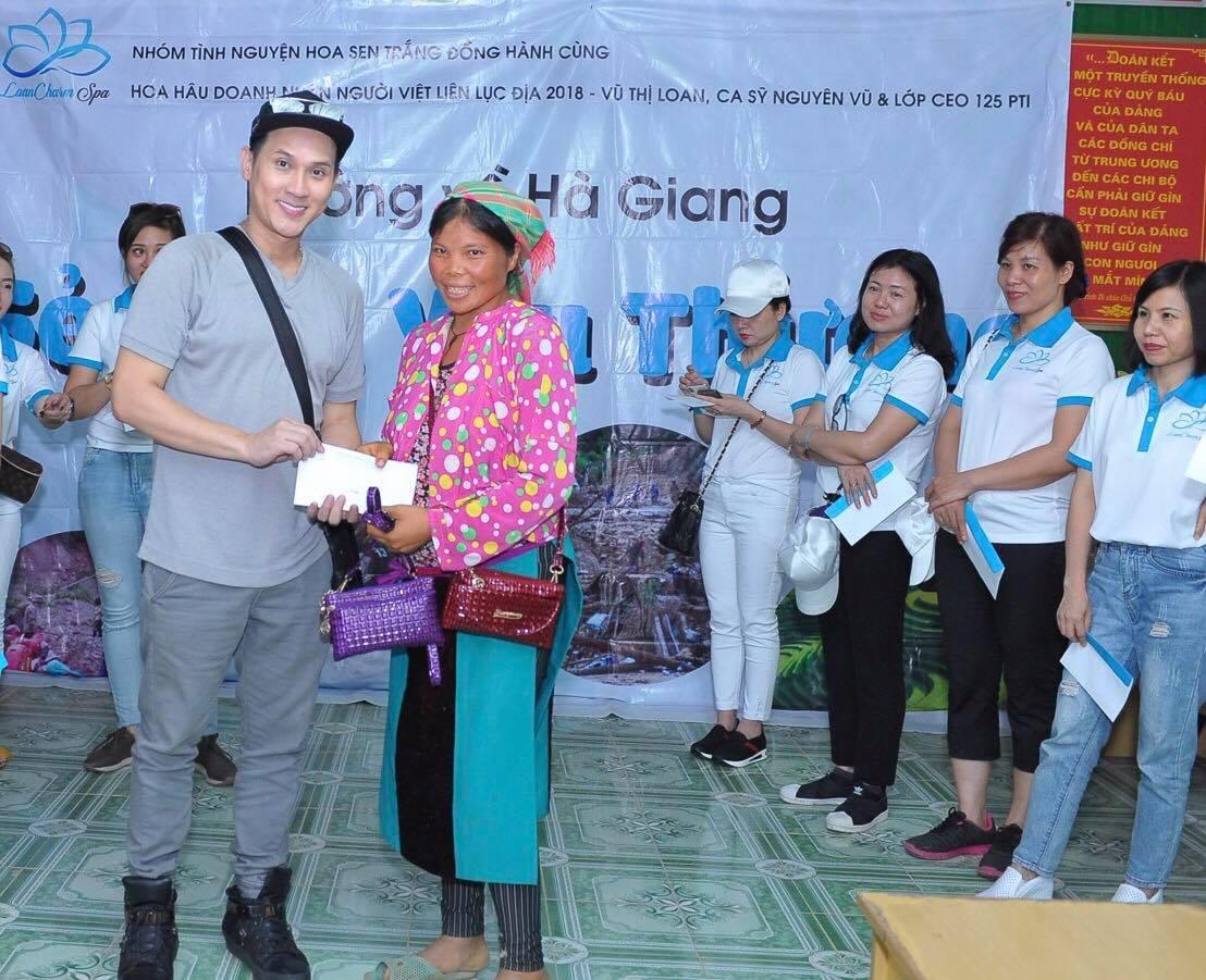 Ca sĩ Nguyên Vũ giản dị đi từ thiện ở Hà Giang