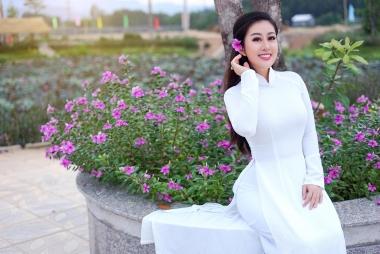 Kim Trang hóa nàng thơ trong tà áo dài trắng