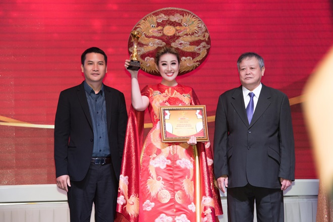 Nữ hoàng Đông Nam Á Huỳnh Ngọc Kim Trang vinh dự đón nhận giải thưởng Bông hồng Vàng ASEAN