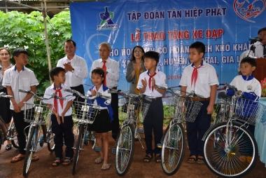 Tân Hiệp Phát tặng 50 xe đạp cho học sinh nghèo trước năm học mới