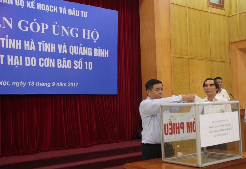 Bộ Kế hoạch và Đầu tư ủng hộ đồng bào Hà Tĩnh, Quảng Bình 500 triệu đồng