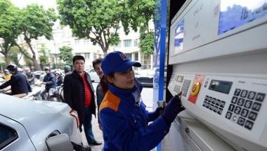 Xăng tiếp tục tăng giá 320 đồng/lít