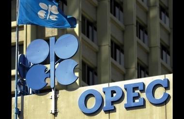 Mặc giá dầu giảm, OPEC vẫn duy trì sản lượng khai thác