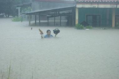 """Miền Trung oằn mình """"gánh"""" mưa, lũ, bão dồn dập"""
