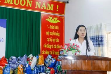 NSƯT Trịnh Kim Chi có mặt tại các tỉnh miền Trung để giúp đỡ người dân vùng lũ