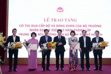 Trao tặng Cờ thi đua cấp Bộ cho Trung tâm Bồi dưỡng cán bộ Kinh tế - Kế hoạch