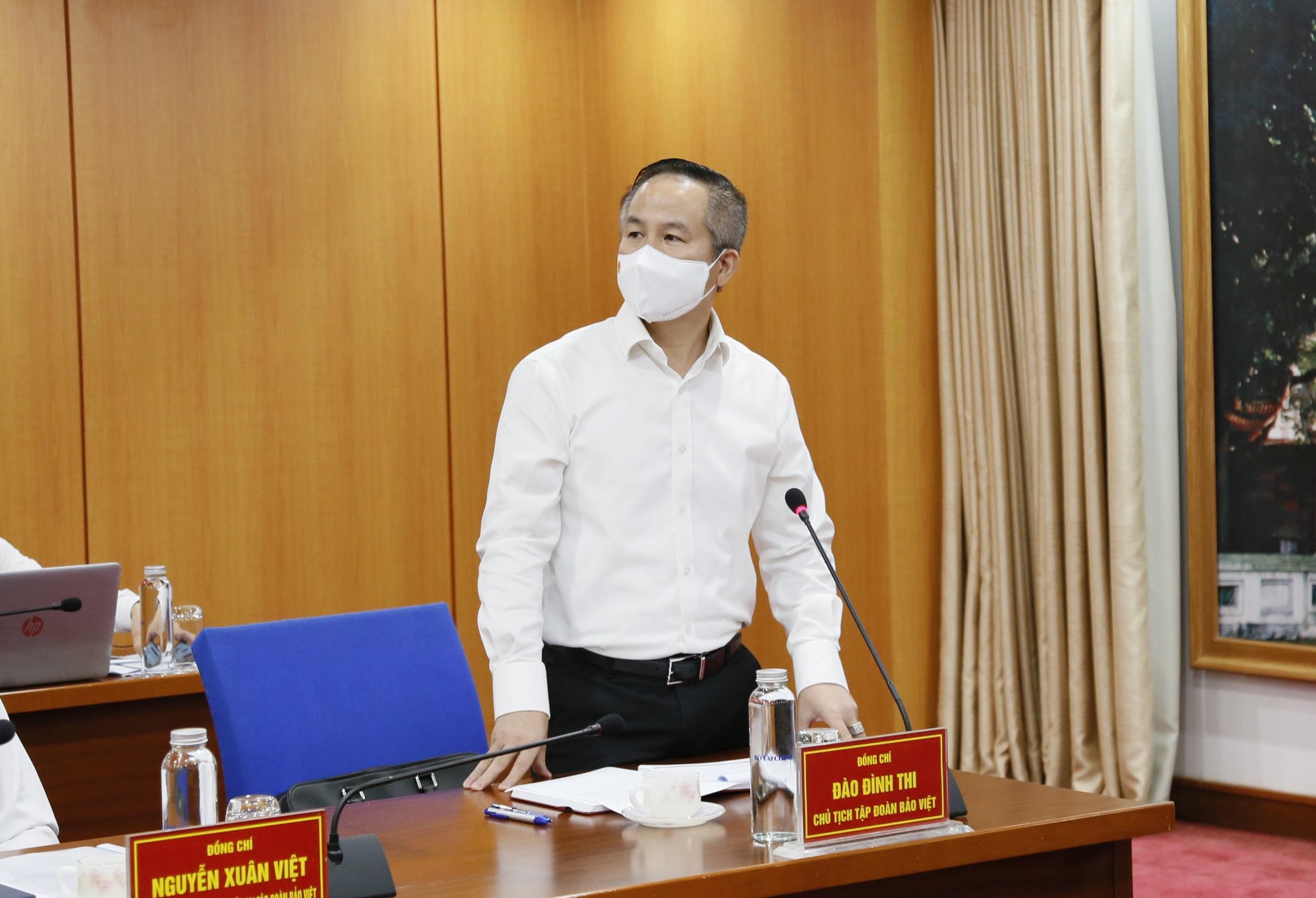 Ông Đào Đình Thi, Chủ tịch Hội đồng quản trị Tập đoàn Bảo Việt báo cáo tại buổi làm việc.
