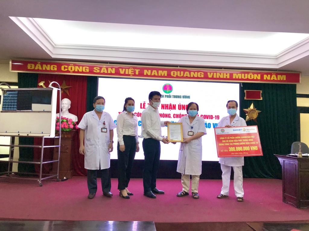 BVSC tặng 300 triệu đồng cho công tác phòng chống Covid-19 của Bệnh viện Phổi Trung ương