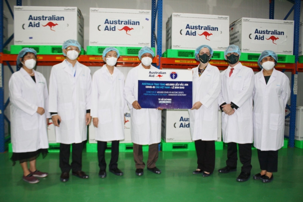 Tiếp nhận lô vaccine đầu tiên của Australia hỗ trợ Việt Nam