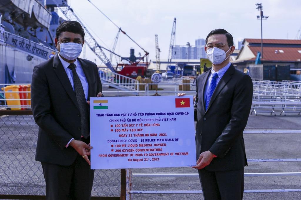Ấn Độ tặng Việt Nam thiết bị y tế ứng phó với Covid-19