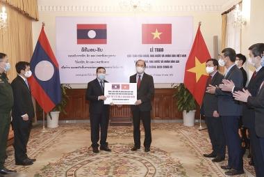 Việt Nam hỗ trợ Lào vật tư y tế và ngân sách ứng phó đợt dịch Covid-19 mới